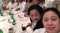 <p>Sambil menyaksikan hasil hitung cepat pemilu, foto dulu bareng ibu ah. He-he-he. (Foto: Instagram/ @puanmaharaniri)</p>