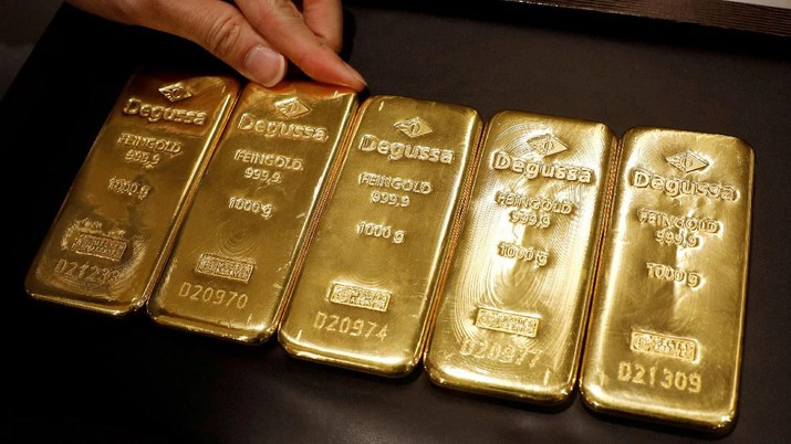 FILE PHOTO: An employee shows gold bullions at Degussa shop in Singapore June 16, 2017. REUTERS/Edgar Su/File Photo