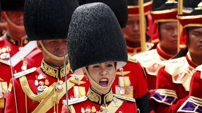 Kerajaan Thailand menjadi sorotan publik setelah merilis serangkaian foto candid selir Raja Maha Vajiralongkorn, Sineenat Wongvajirapakdi, di situs resminya.