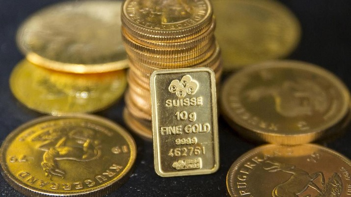 FILE PHOTO: Gold bullion is displayed at Hatton Garden Metals precious metal dealers in London, Britain July 21, 2015. REUTERS/Neil Hall/File Photo - PT Rifan Financindo