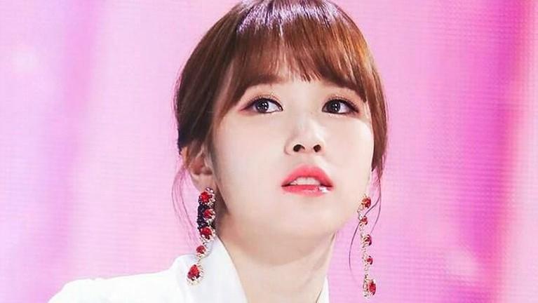 Mina TWICE ditemukan pencari bakat saat dirinya berbelanja di sebuah departement store bersama ibunya. Penampilan Mina saat itu menarik perhatian staf JYP Entertainment.