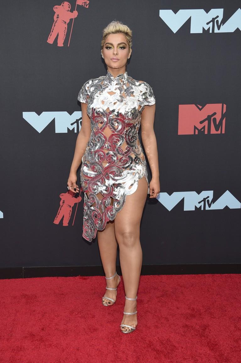 Bebe Rexha juga tampil memukau denganasymmetric dress berwarna silver yang unik rancangan Christian Siriano.
