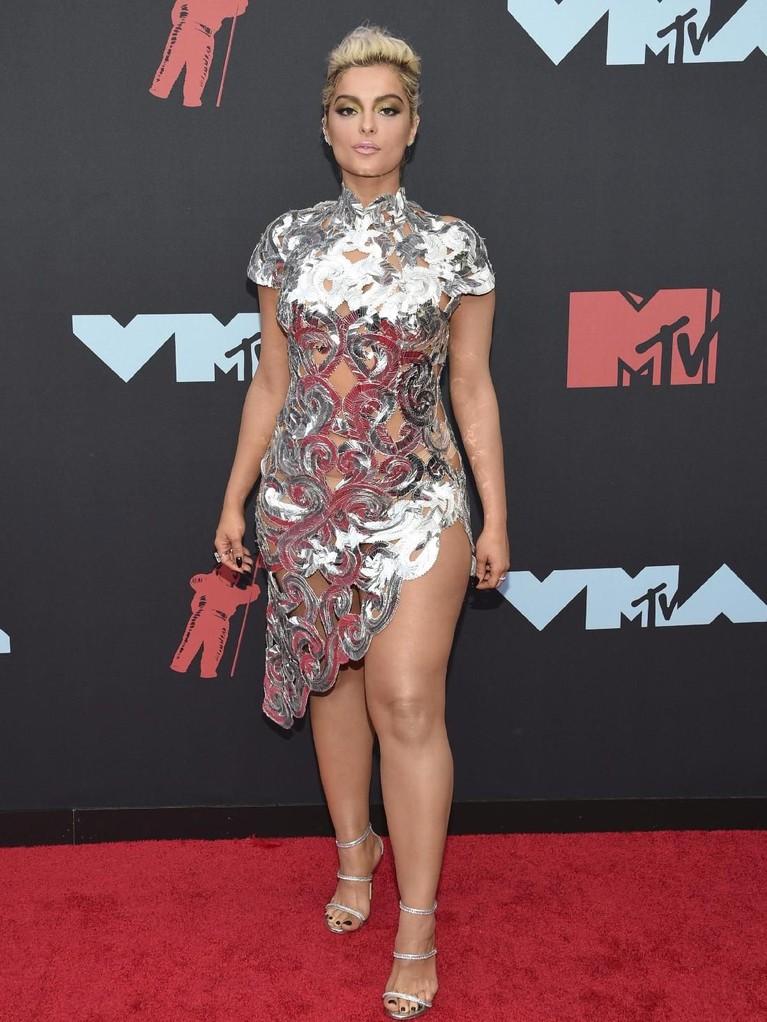 Penyanyi cantik ini tampil dengan rambut pendek blondenya. Bebe Rexha menghadiri MTV VMA 2019 dengan gaun mini silvernya.
