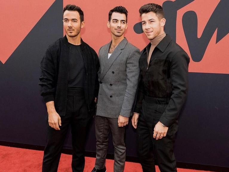 The Jonas Brothertampil dengan pakaian koleksi dari Fendi. Tapi sayang ketiga cowok tampan ini masuk ke dalam kategori selebriti dengan pakaian terburuk.