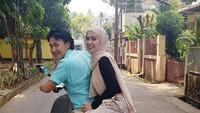 <p>Walau cuma naik motor bersama sang suami di sekitar rumah, Anggia mengaku sangat senang. Wah romantis ya, Bun. (Foto: Instagram @anggiakuncoro)</p>