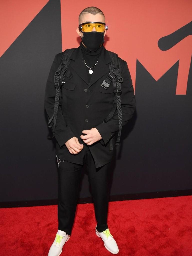 Bad Bunny tampil dengan pakaiannya yang serba hitam. Namun sayang, gayanya kali ini mendapat beberapa komentar negatif seperti sepatu yang disebut terlalu besar hingga penutup mulutnya yang dianggap seakan Bad Bunny tengah flu.