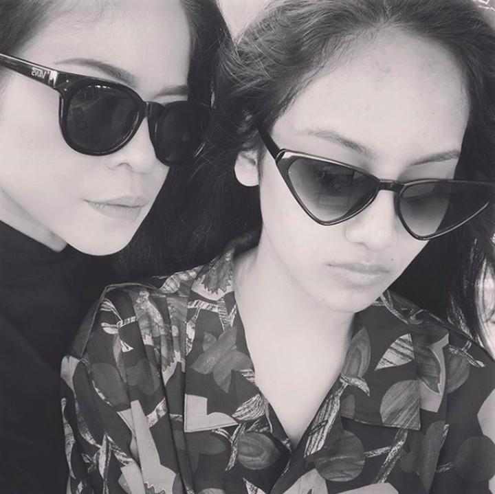 <p>Kikan juga pernah curhat, Shira belakangan ini agak susah diajak foto. He-he-he, namanya juga remaja ya, Bun? (Foto: Instagram @kikankikan)</p>