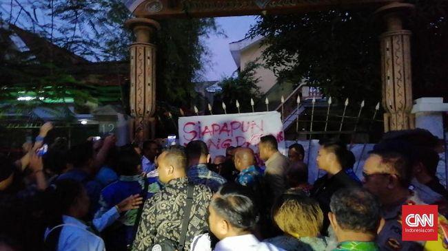 Sejumlah mahasiswa Papua yang menolak kedatangan Lukas Enembe meminta Gubernur Papua itu 'melepas garuda' terlebih dulu sebelum memasuki asrama.