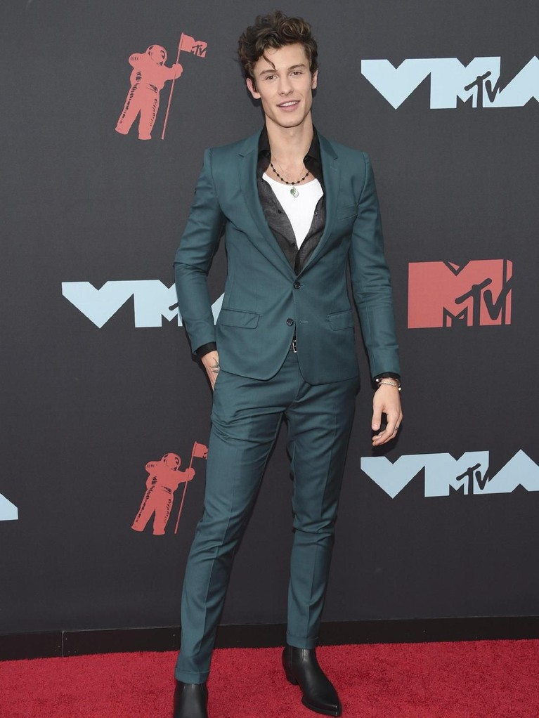 Shawn Mendes tampil tampil dengan setelan jas yang didominasi warna hijau tua.