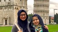 <p>Jalan-jalan ke Italia, belum lengkap rasanya enggak foto di depan menara Pisa. (Foto: Instagram @desyratnasarifans)</p>