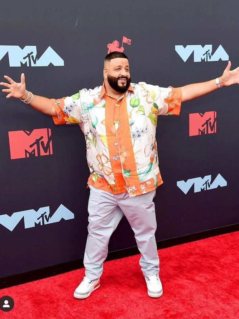 DJ Khaled tampil dengan kemeja dengan warna cerah yang dipadukan dengan celana dan sepatu putihnya.