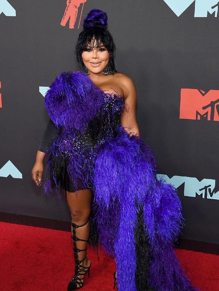 Rapper Lil' Kim tampil dengan gaun mini ungunya, namun sepatu hak tinggi hitamnya dianggap menggangu dan tak sesuai dengan pakaian yang dikenakan.