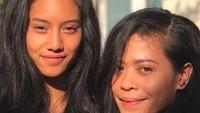 <p>Dari pernikahannya dengan Yuke Sampurna, bassist Dewa 19, Kikan dikaruniai dua anak, Shira Allegra Sampurna dan Kei Sampurna. Saat Kikan berfoto dengan Shira seringkali dibilang seperti kakak adik. (Foto: Instagram @kikankikan)</p>