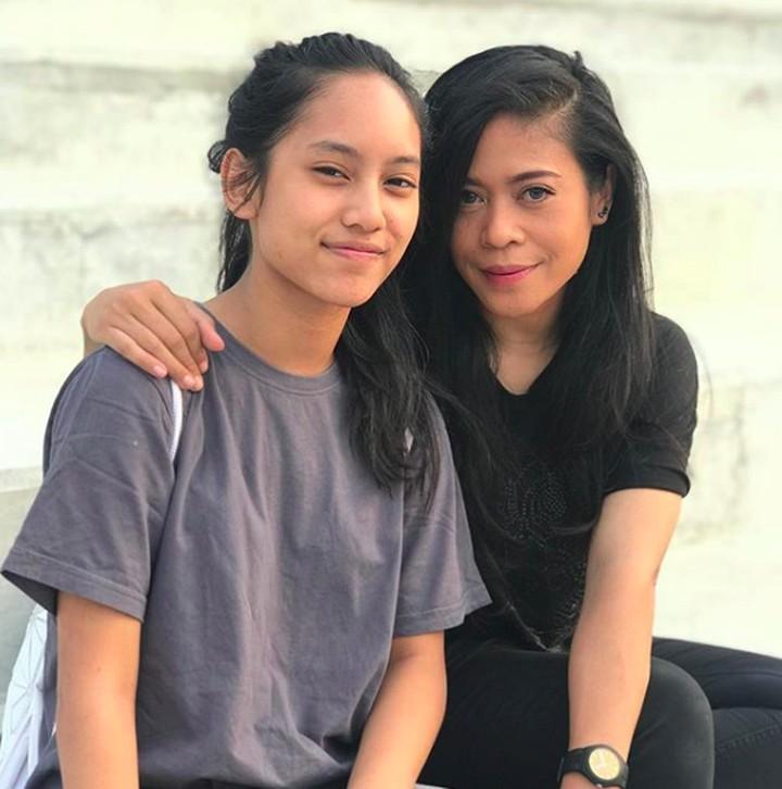 <p>Kini Shira sudah beranjak remaja, keduanya seperti sahabat. (Foto: Instagram @kikankikan)</p>