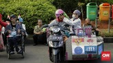 Para penyandang disabilitas menggelar pawai dari Monas menuju Bundaran HI, Jakarta, menyuarakan penghapusan syarat sehat jasmani dalam rekrutmen tenaga kerja.