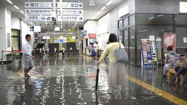 Otoritas Jepang memerintahkan evakuasi 240 ribu warga di kawasan yang diprediksi akan diterjang banjir dan longsor akibat hujan lebat beberapa hari belakangan.