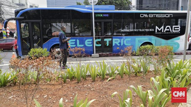 Uji coba Bus Listrik Mobil Anak Bangsa, di Jakarta, Rabu, 28 Agustus 2019. PT Mobil Anak Bangsa (MAB) menjadi produsen bus listrik pertama yang mendapatkan sertifikat uji tipe (SUT) untuk unit bus MD12-E. MAB. CNN Indonesia/Adhi Wicaksono