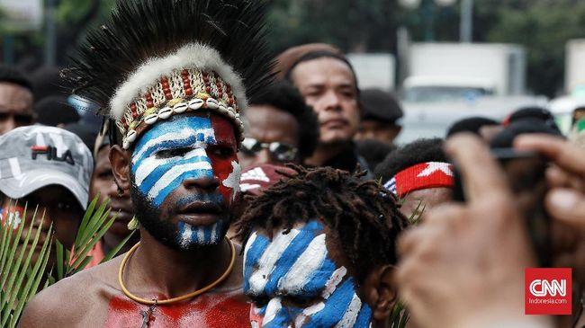 Dua anggota Brimob Polda Papua Barat terluka saat membubarkan demo yang berujung ricuh menuntut Papua Merdeka di Sorong.