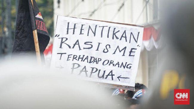Ratusan mahasiswa dan pemuda asal Papua kembali menggelar aksi mengecam rasisme di Kota Bandung, Senin (27/8). Selain mengecam, mereka juga meminta Polri menangkap pelaku tindak pidana diskriminasi rasial terhadap mahasiswa asal Papua.  Ratusan mahasiswa dan pemuda asal Papua kembali menggelar aksi mengecam rasisme di Kota Bandung, Senin (27/8). Selain mengecam, mereka juga meminta Polri menangkap pelaku tindak pidana diskriminasi rasial terhadap mahasiswa asal Papua.