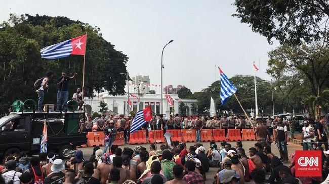 Massa mahasiswa Papua juga membakar ban hingga kepulan asap membumbung di seberang Istana, tempat Presiden Jokowi berkantor.