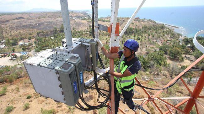 Teknisi XL Axiata melakukan pemeriksaan perangkat BTS di Labuhan Badas, Sumbawa Besar, Nusa Tenggara Barat, Senin (26/8/2019).  XL Axiata terus meningkatkan kenyamanan pelanggan untuk akses internet cepat dan layanan data 4G di berbagai pelosok NTB, salah satu wilayah yang mendapatkan perhatian adalah Pulau Sumbawa.  ANTARA FOTO/Reno Esnir/ama.
