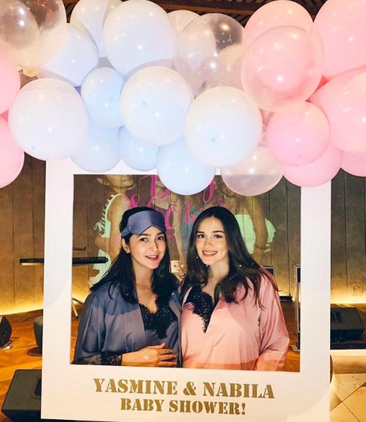 Hamil berbarengan, pesta baby shower Nabila Syakieb dan Yasmine Wildblood dirayakan bersamaan nih, Bun. Intip yuk kemeriahan acaranya!
