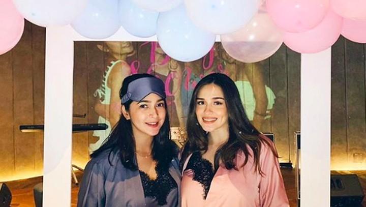<p>Yasmine Wildblood dan Nabila Syakieb diketahui sedang sama-sama mengandung anak kedua. Kini mereka kompak menggelar baby shower secara berbarengan di pesta yang sama. (Foto: Instagram @yaswildblood)</p>