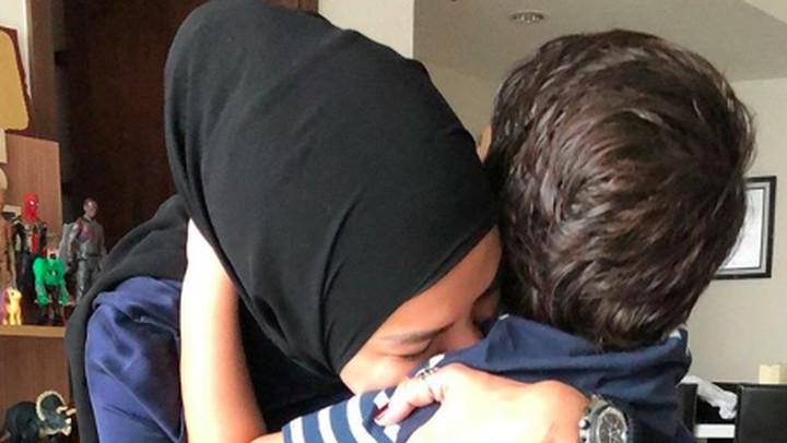 <p>Kecup sayang dari Nikita Mirzani yang dipanggil Mimi atau Ami oleh anak-anaknya, untuk Azka yang berulang tahun. (Foto: Instagram/ @nikitamirzanimawardi_17)</p>