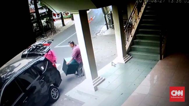 Pelaku pencurian kotak amal Masjid Mahalul Ghufron di Ciganjur berjumlah dua orang dan menggunakan mobil. Mereka beraksi saat malam hari.