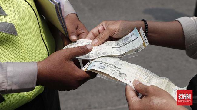 Dua oknum polisi Bali diduga melakukan pungutan liar pada turis Jepang. Polisi tersebut meminta uang Rp1 juta karena turis tak menghidupkan lampu sepeda motor.