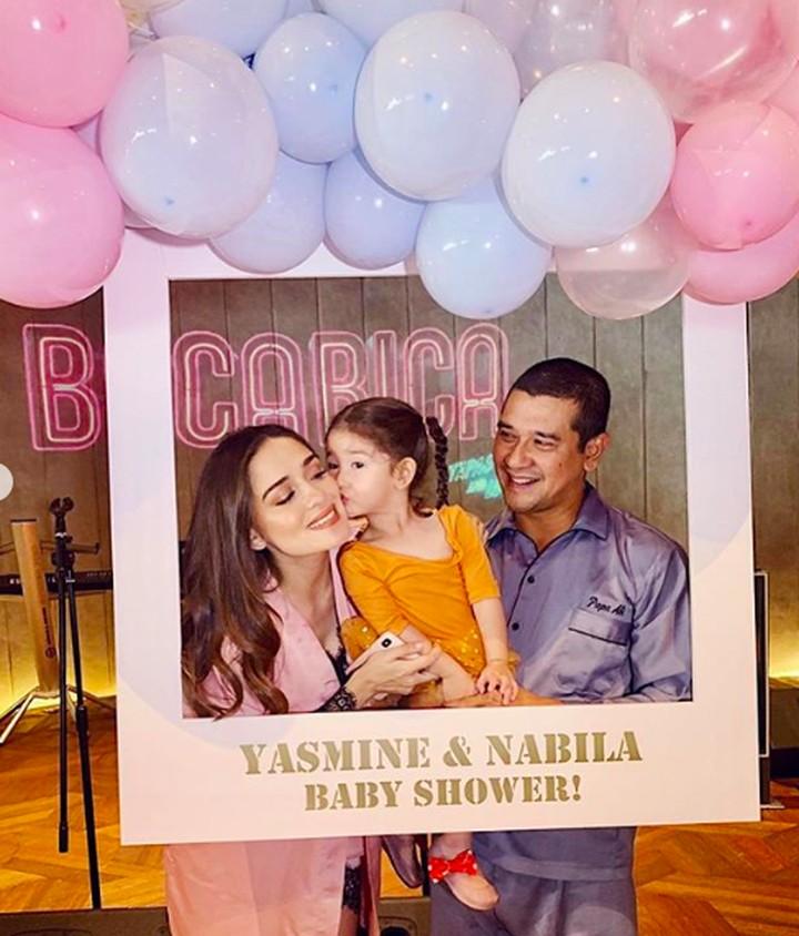 <p>Sang suami, Abiapto dan anak pertama mereka Seraphina Rose ikut mendampingi Yasmine dalam perayaan baby shower tersebut. (Foto: Instagram @yaswildblood)</p>