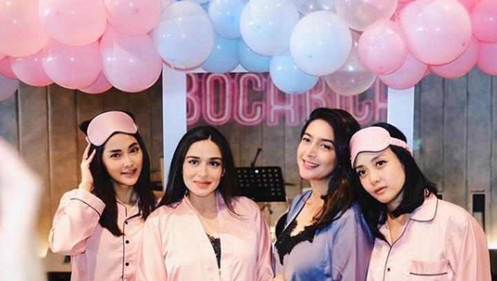 <p>Yasmine terlihat mengenakan piama berwarna pink. Sedangkan Nabila mengenakan piama berwarna biru, Bun. (Foto: Instagram @yaswildblood)</p>