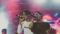 <p>Memasuki usia remaja, Restu mulai mengikuti jejak sang ayah terjun ke dunia musik. (Foto: Instagram/ @restuvht)</p>