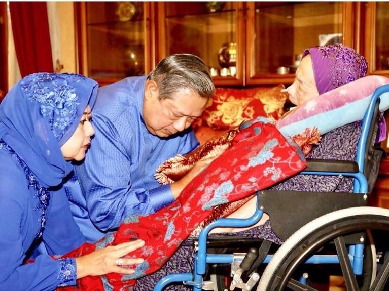 Semasa hidup, ibunda SBY menjadi sosok yang penting dalam perjalanan karier SBY baik karier militer maupun politik.