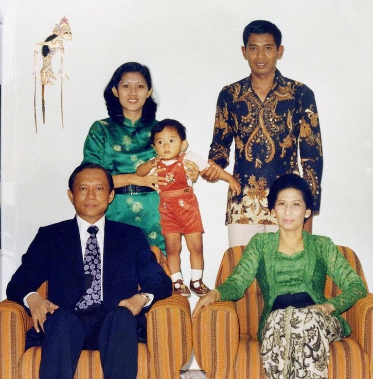 Ibunda SBY, Siti Habibah meninggal dunia pada Jumat (30/8). Ia meninggal di RS Mitra Cibubur karena sakit yang dideritanya.
