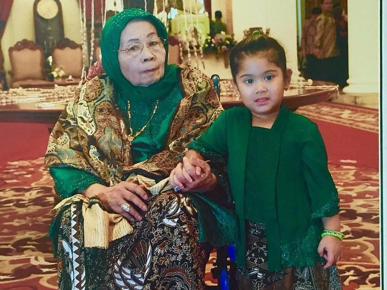 Mendiang Siti Habibah termasuk sosok yang akrab dengan cucu dan cicitnya.