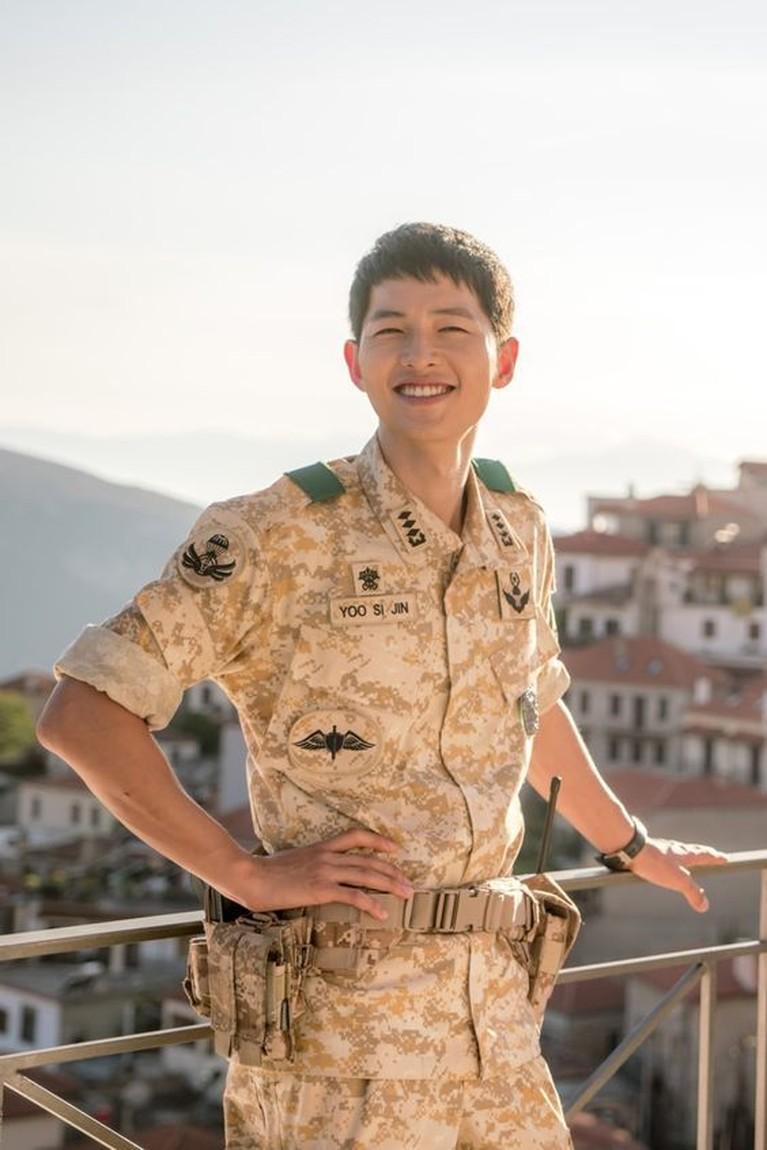 Usai wamil, karier Song Joong Ki makin menanjak. Ia dipercaya memerankan tokoh KaptenYoo Shi Jin, seorang tentara yang jatuh cinta dengan dokter yang diperankan Song Hye Kyo di Descendants of the Sun.Penampilan Song Joong Ki di drama ini banyak mendapat respons positif. Ia berhasil menjadi aktor Korea paling populer tahun 2016.