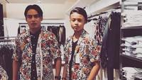 <p>Pakai baju senada begini, Charly dan Restu kayak kakak dan adik ya, Bun? He-he-he. (Foto: Instagram/ @restuvht) </p>