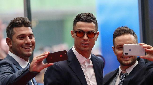 Bintang Paris Saint-Germain Neymar disarankan meniru pola latihan penyerang Juventus Cristiano Ronaldo untuk bisa menjadi pemain terbaik di dunia.