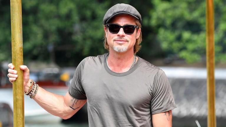 Brad Pitt berpose untuk fotografer saat menghadiri Venice Film Festival di Italia, Kamis (29/8). Pitt hadir untuk mempromosikan film terbarunya, Ad Astra.