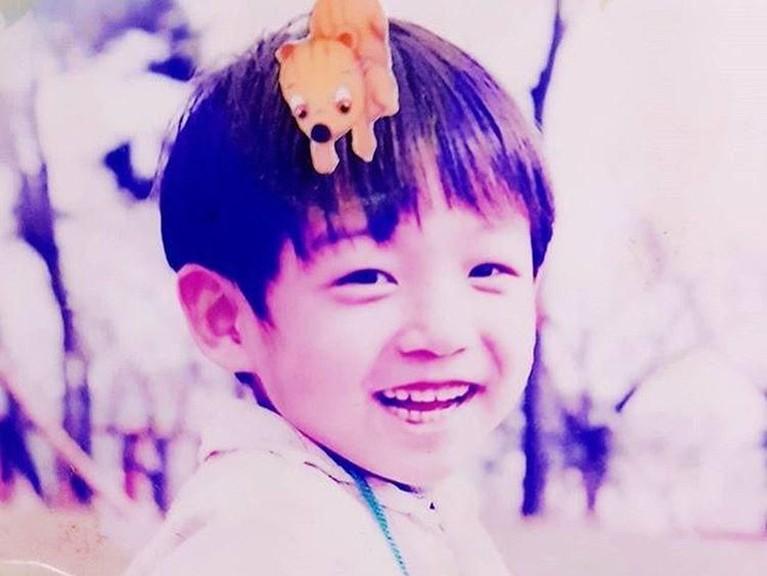 Senyuman manis Jungkook saat masih kecil diturunkan dari ketampanan ayahnya saat muda.