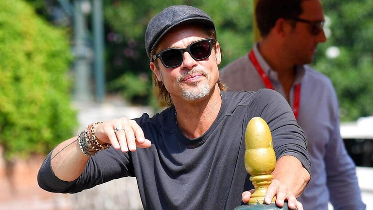 Film terbaru Brad Pitt, Ad Astra diputar perdana di Venice Film Festival 2019. Ia pun berpose dengan para bintang lainnya di festival flm bergengsi tersebut.