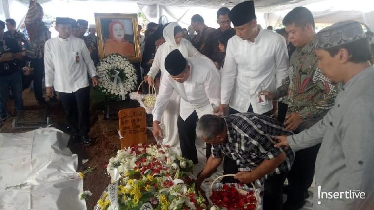 Siti Habibah diketahui telah mendapat perawatan intens di Rumah Sakit Mitra Keluarga Cibubur sejak 8 Agustus lalu. Penyebab sakitnya disebut karena faktor usia.