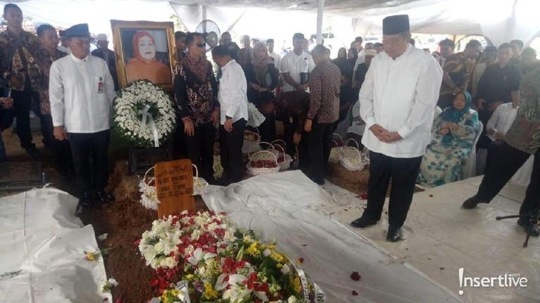 Tangis SBY pecah saat datangi persemayaman Ibunda.