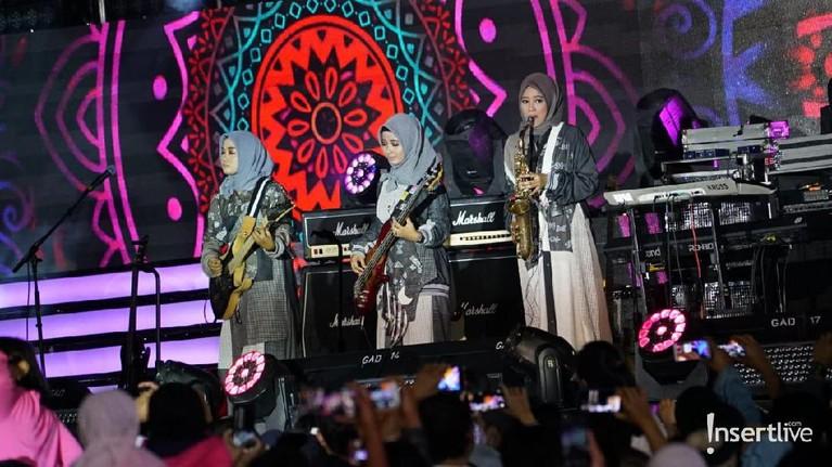 Hijab Band juga ikut menghibur masyarakat dalam acara Jakarta Muharram Festival malam ini.