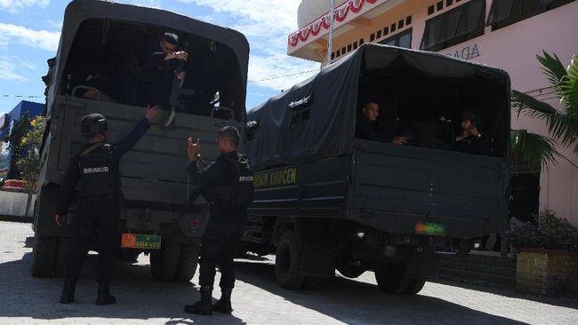 Sejumlah personel Brimob Polri menurunkan perlengkapannya ketika tiba di Jayapura, Papua, Sabtu (31/8/2019). Polri menurunkan personel Bantuan Kendali Operasi (BKO) untuk membantu pemulihan situasi keamanan di Papua pascaunjuk rasa warga Papua Kamis (29/8/2019). ANTARA FOTO/Zabur Karuru/wsj.