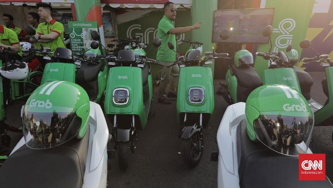 Sejumlah mobil dan motor bertenaga listrik wara-wiri di wilayah Monas, Jakarta, pada Sabtu (31/8) pagi. Tiga menteri Jokowi pun turut meramaikan.