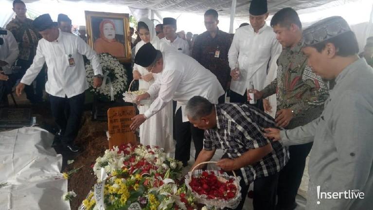 Ibunda dari SBY tersebut berpulang di usianya yang ke-87 tahun.