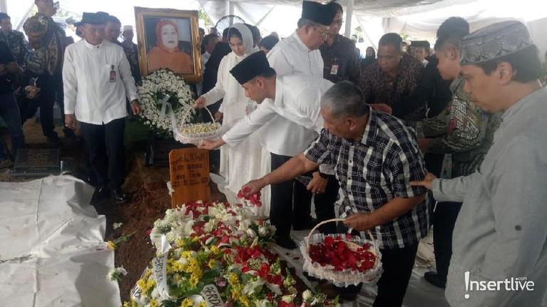 Prosesi pemakaman dihadiri oleh pihak keluarga, termasuk Agus Harimurti Yudhoyono.