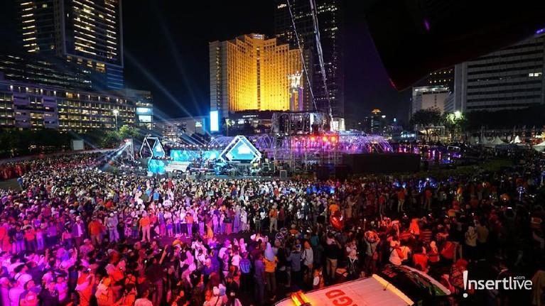 Ribuan masyarakat sudah berkumpul di depan panggung untuk menyaksikan penampilan para artis di Jakarta Muharram Festival.